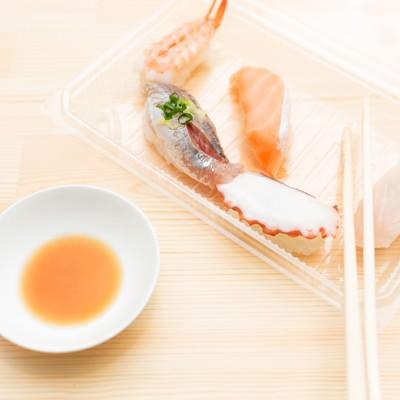 「お持ち帰りしたお寿司を食べる」の写真素材