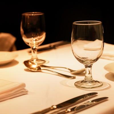 「テーブルにおかれた銀のナイフとグラス」の写真素材