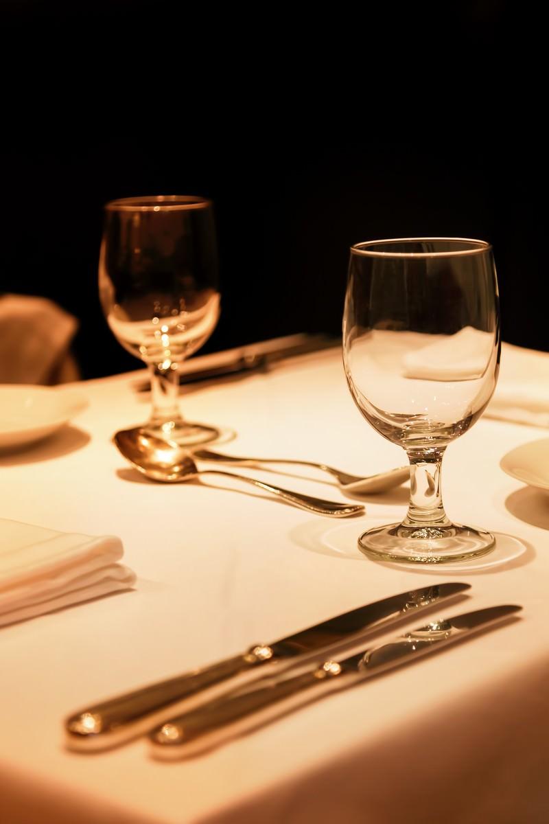 「テーブルにおかれた銀のナイフとグラス」の写真
