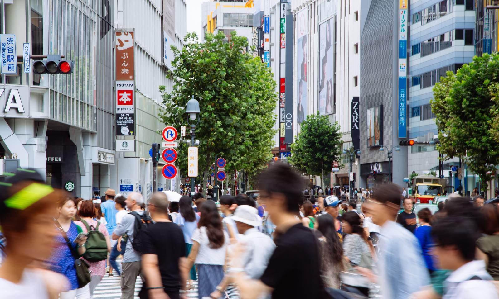「人混みでごった返す渋谷駅前スクランブル人混みでごった返す渋谷駅前スクランブル」のフリー写真素材を拡大