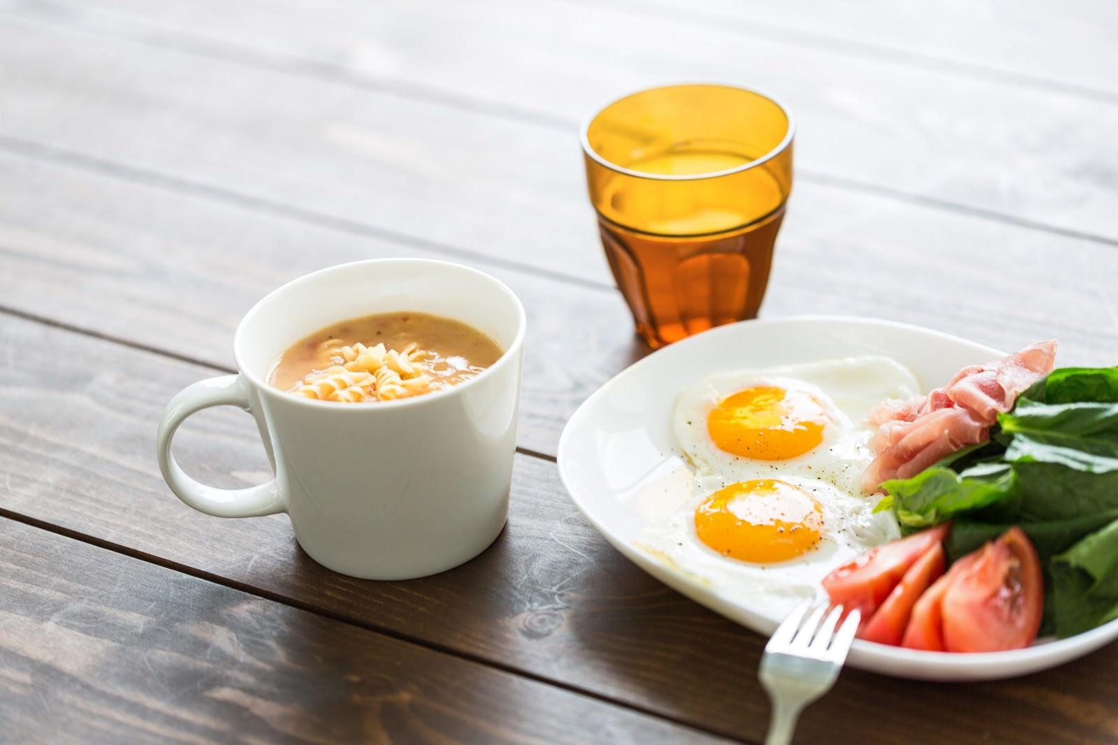 「朝食の目玉焼きとスープ朝食の目玉焼きとスープ」のフリー写真素材を拡大