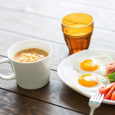 朝食の目玉焼きとスープの写真