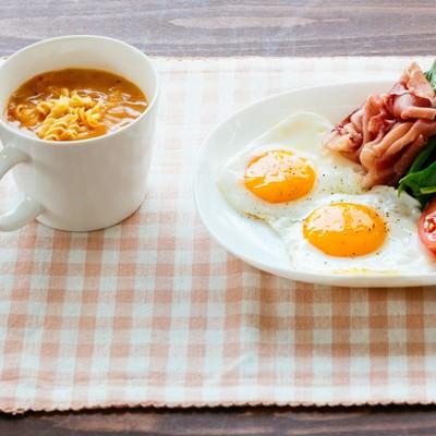 「朝食目玉焼きセット」の写真素材