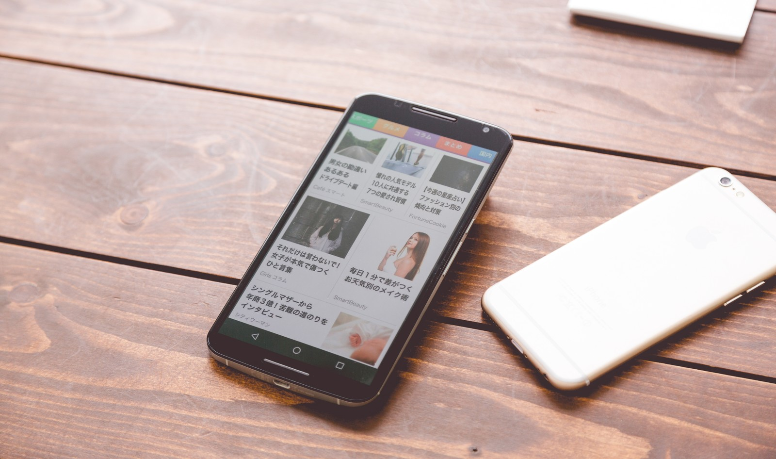 「複数の端末でニュースアプリを確認複数の端末でニュースアプリを確認」のフリー写真素材を拡大