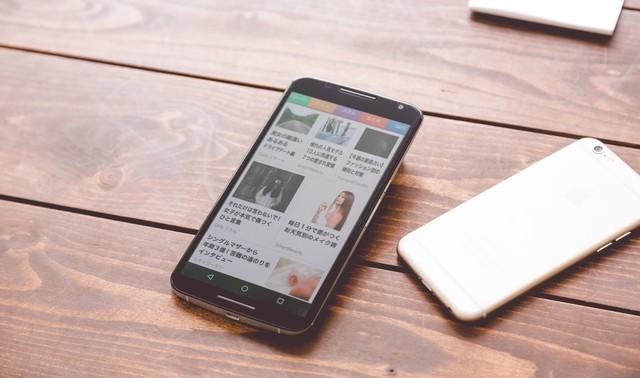 複数の端末でニュースアプリを確認の写真