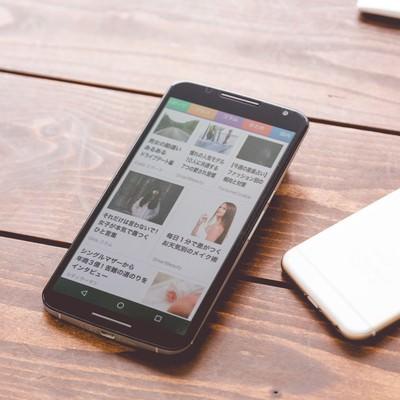 「複数の端末でニュースアプリを確認」の写真素材
