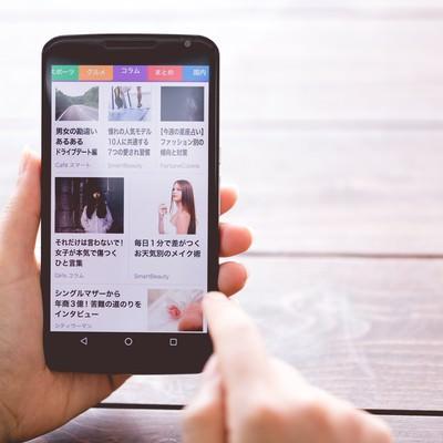 「スマートにニュースを確認する」の写真素材