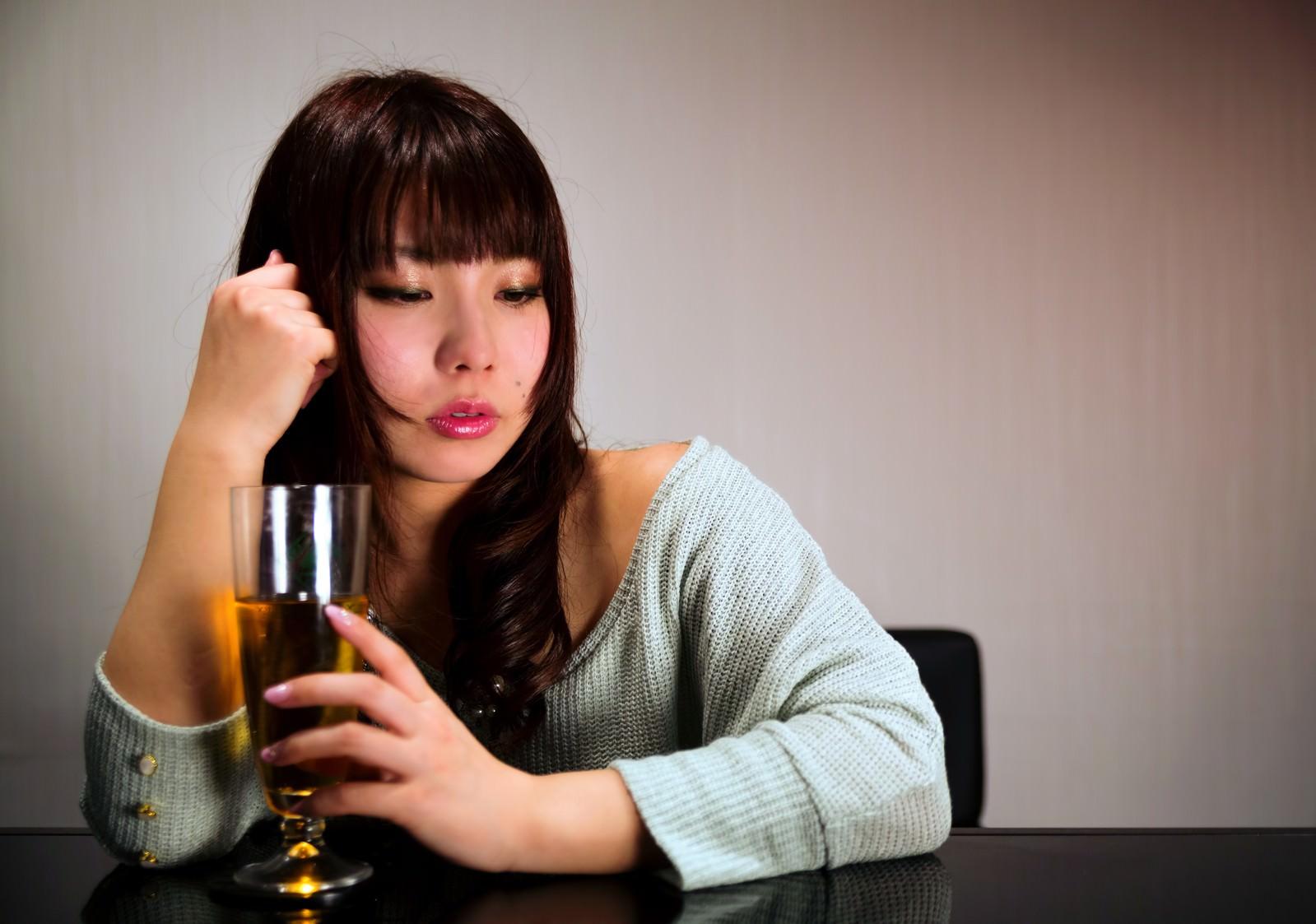 「飲みすぎて赤くなる女性」の写真[モデル:Lala]