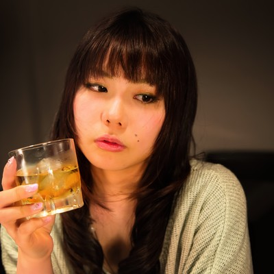 「「最近疲れちゃったなー」とお酒を飲む女性」の写真素材
