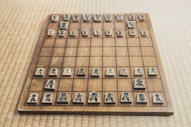 畳の上に置かれた将棋盤の写真