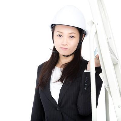 脚立を運ぶ庶務課の女性の写真