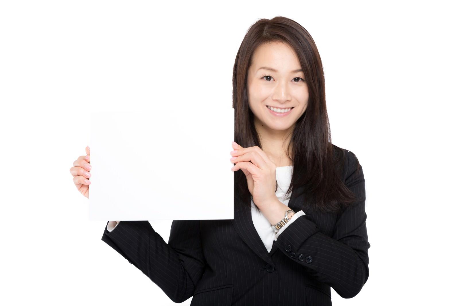 「テロップを掲げる受付の女性」の写真[モデル:土本寛子]