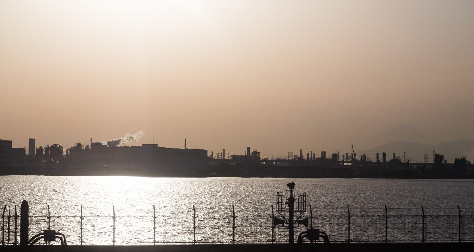 「羽田空港から見える工場地帯羽田空港から見える工場地帯」のフリー写真素材を拡大