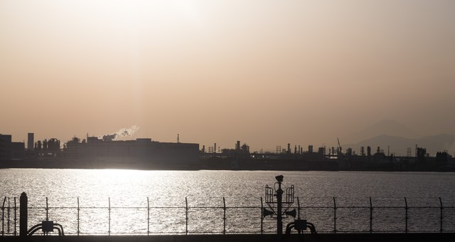 羽田空港から見える工場地帯の写真