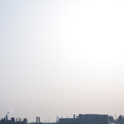 光化学スモッグと工場の写真