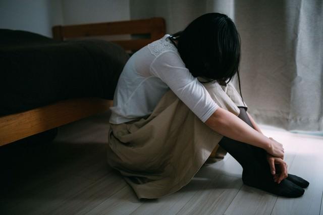 失恋のショックで立ち直れない女性の写真