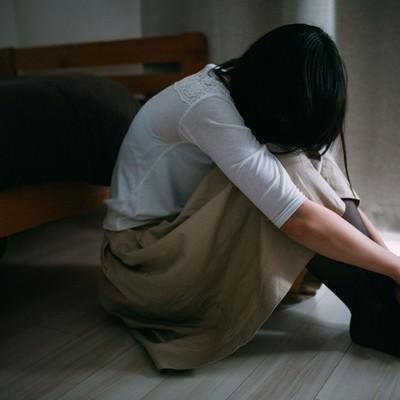 「失恋のショックで立ち直れない女性」の写真素材