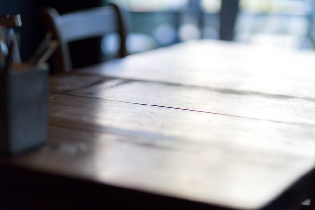 木のテーブルの写真