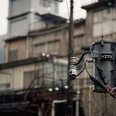 「小雨が降る廃墟と電柱」の写真素材