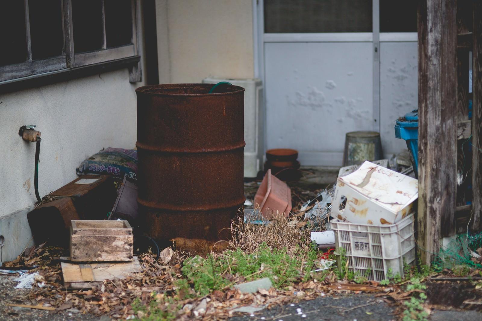 「錆びたドラム缶とゴミ」の写真