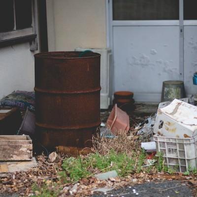 「錆びたドラム缶とゴミ」の写真素材