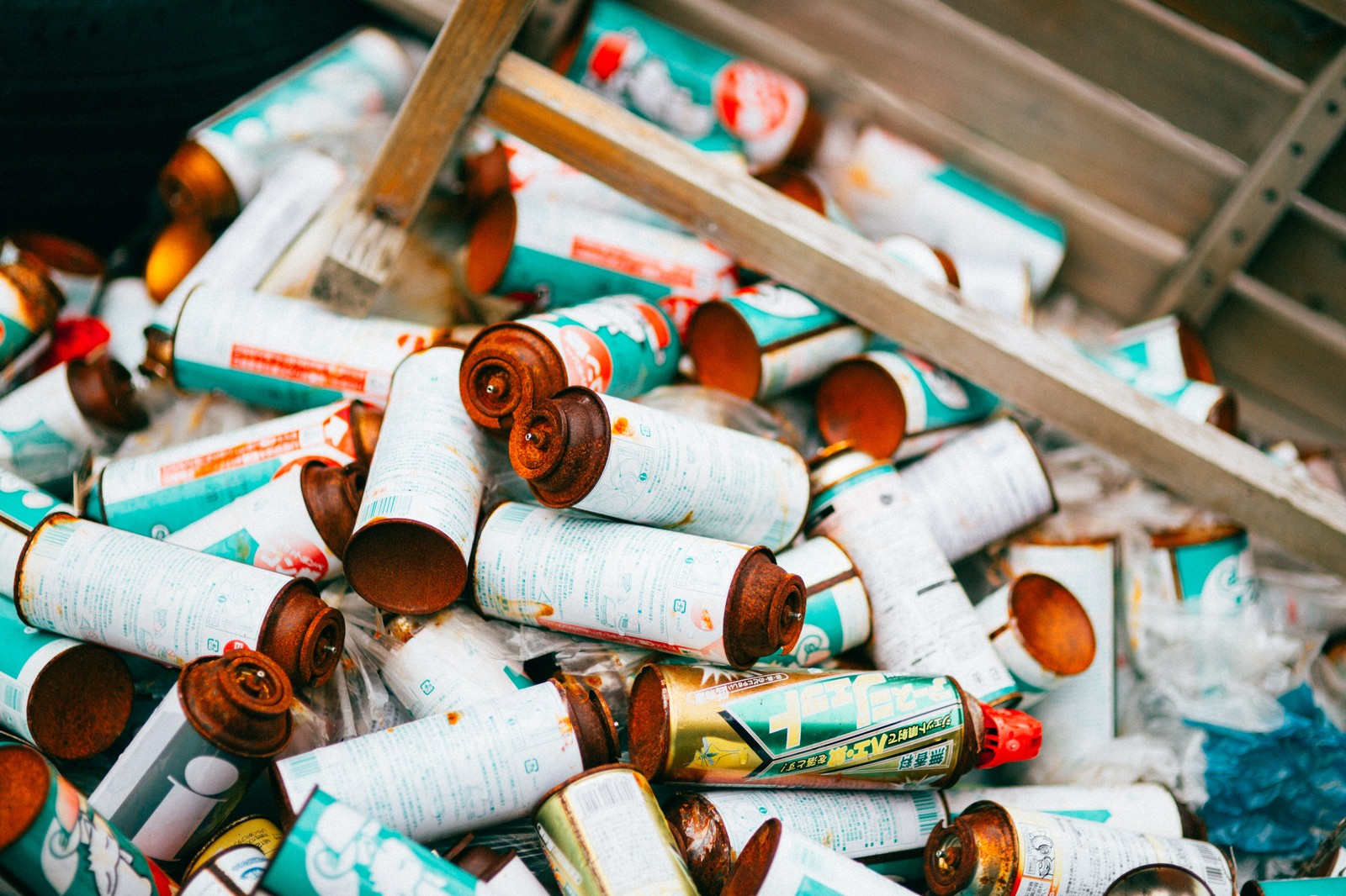 「不法投棄されたスプレー缶」の写真
