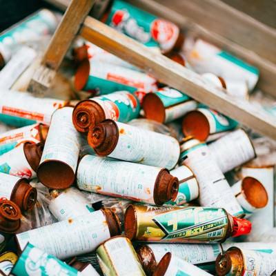 「不法投棄されたスプレー缶」の写真素材