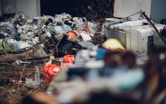 不法投棄されたゴミ屋敷の写真