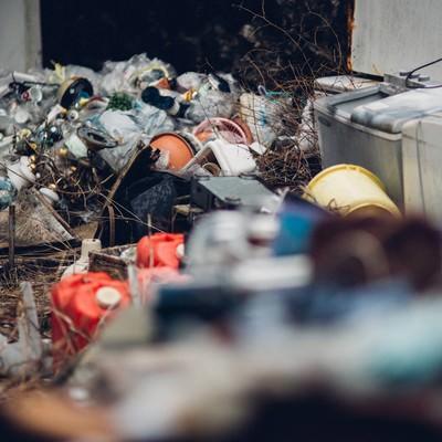 「不法投棄されたゴミ屋敷」の写真素材