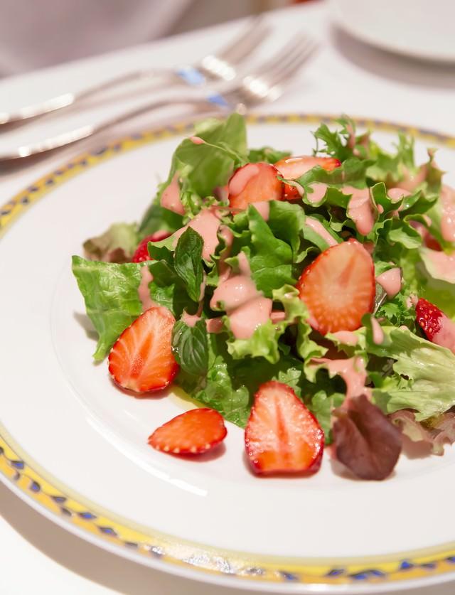 イチゴのサラダ の写真
