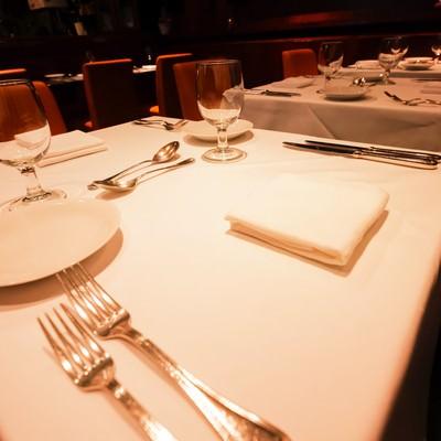 「セッティングされた店内のテーブル(ビストロQ)」の写真素材
