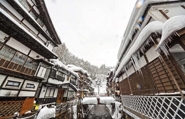 雪が降る銀山温泉の写真