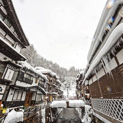 「雪が降る銀山温泉」の写真素材
