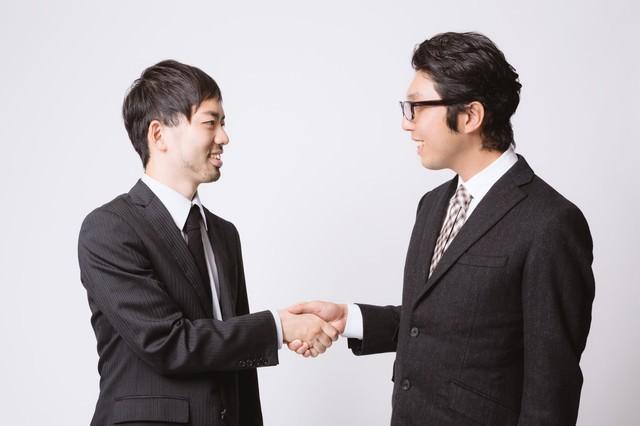 取引が成立して握手を交わすサラリーマン