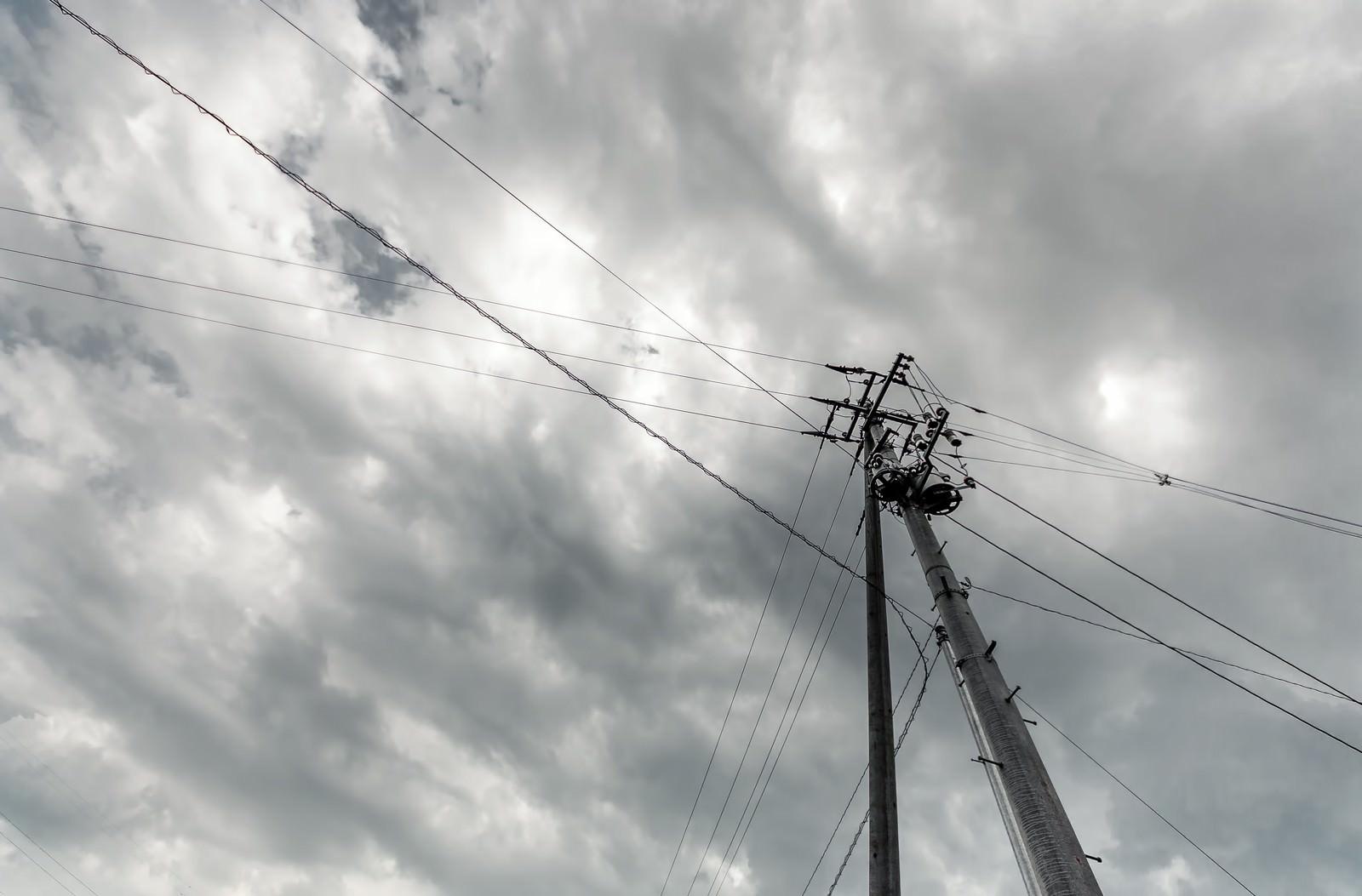 「電柱と曇り空」の写真