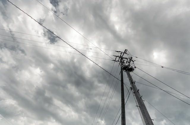 電柱と曇り空の写真