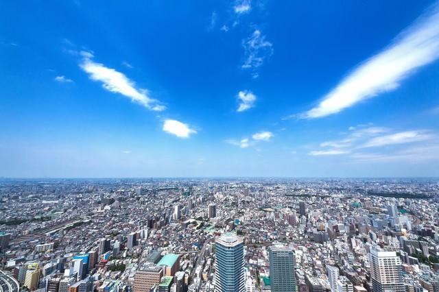 青空と都会の街並み