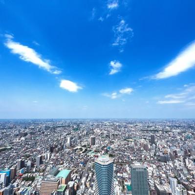 「青空と都会の街並み」の写真素材