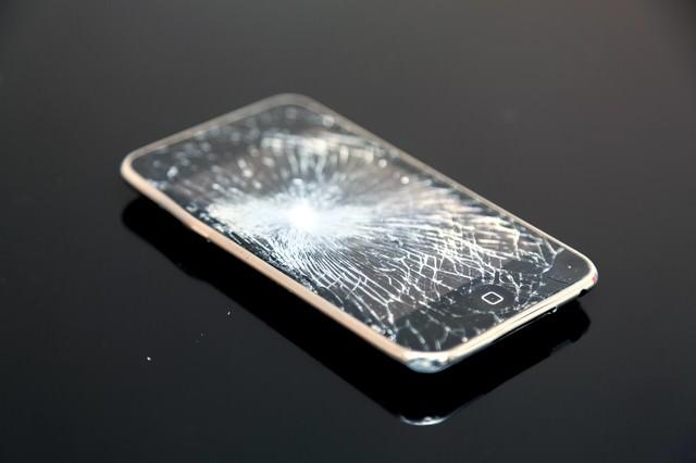 バリバリにヒビが入ったスマートフォンの写真