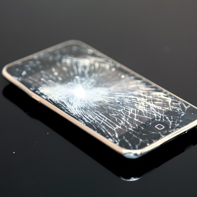 「バリバリにヒビが入ったスマートフォン」の写真素材