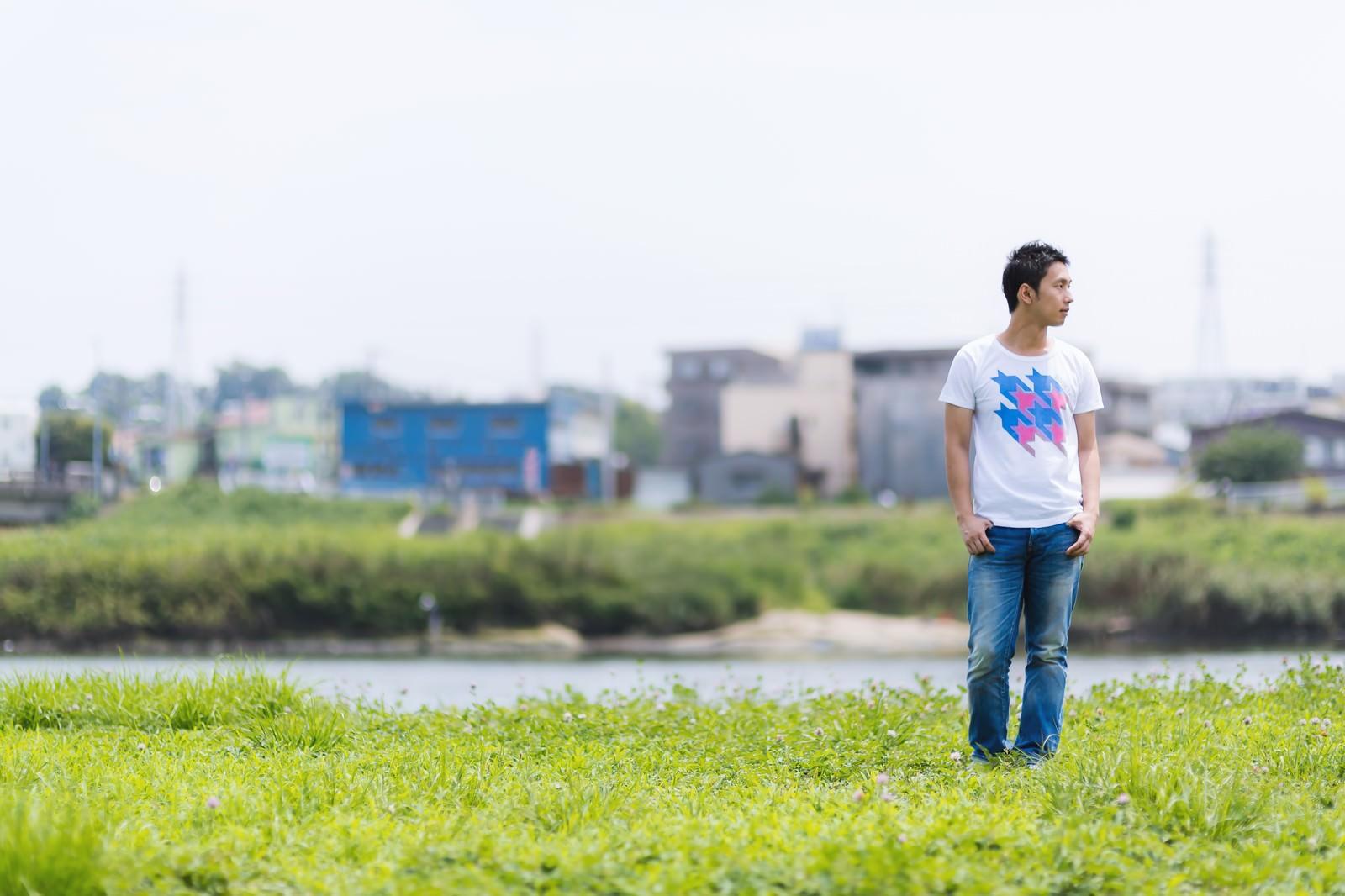 「河川敷を歩く男性」の写真[モデル:大川竜弥]