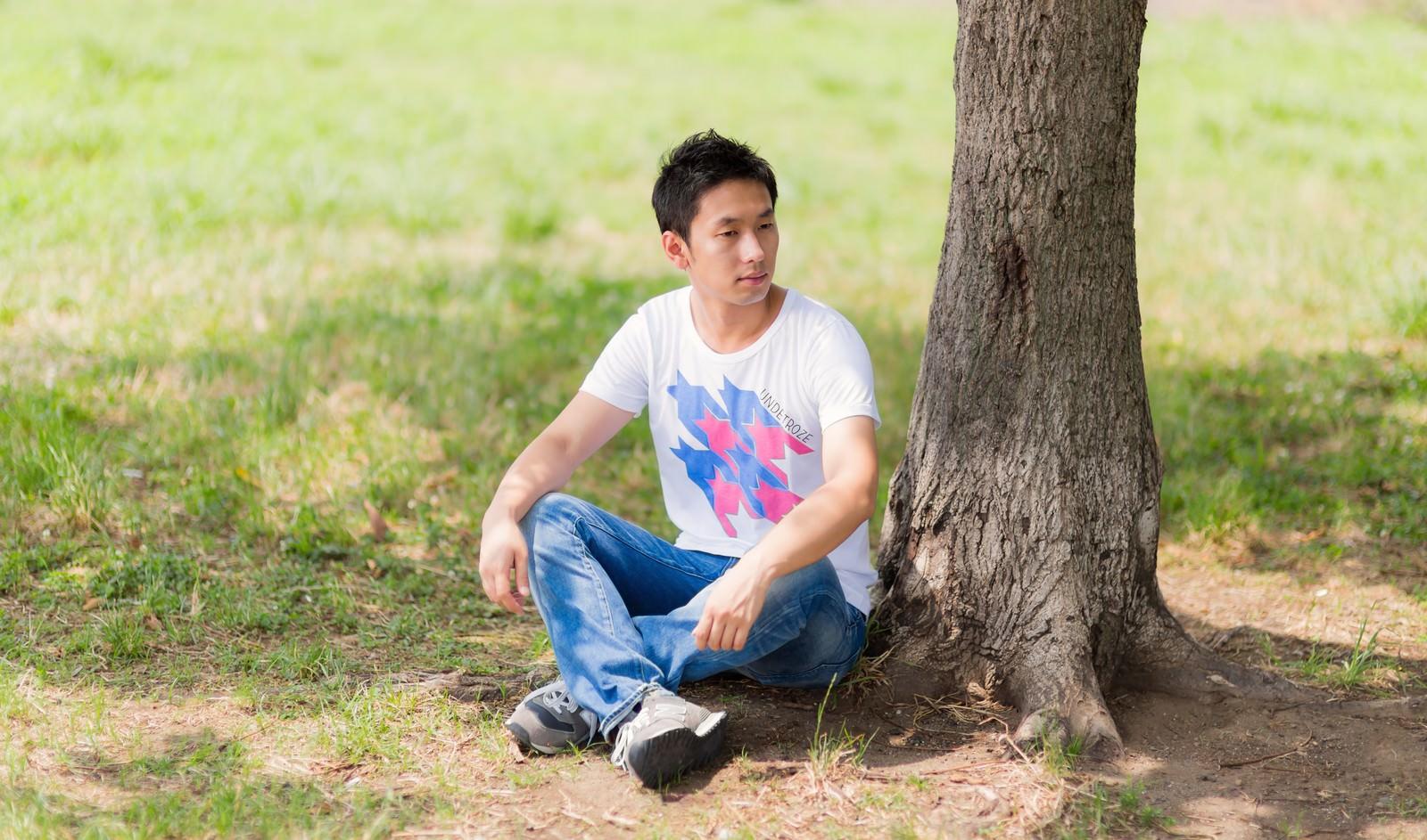 「木陰で一休みの男性」の写真[モデル:大川竜弥]