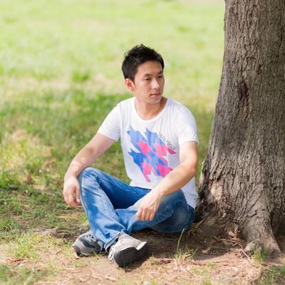 「木陰で一休みの男性」の写真素材