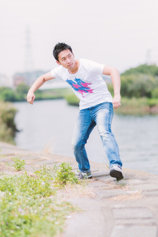 川で水切りをする男性の写真
