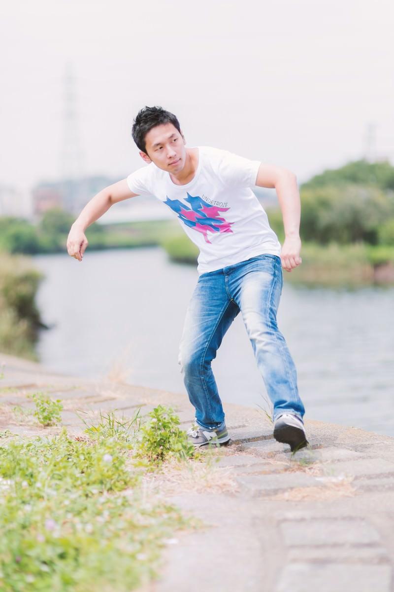 「川で水切りをする男性」の写真[モデル:大川竜弥]