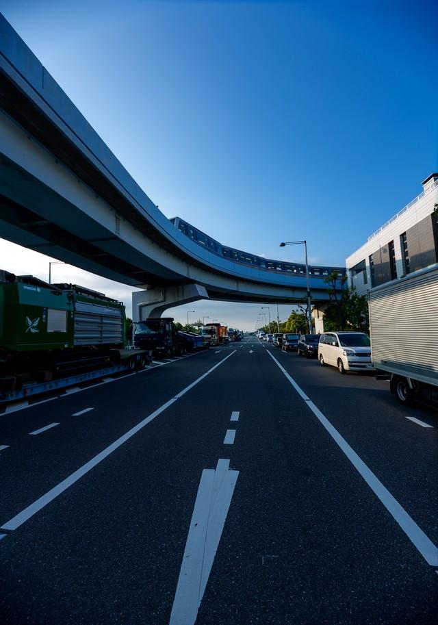 モノレールと渋滞する車の列の写真