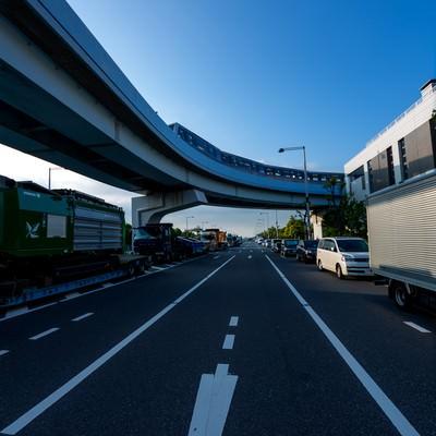 「モノレールと渋滞する車の列」の写真素材