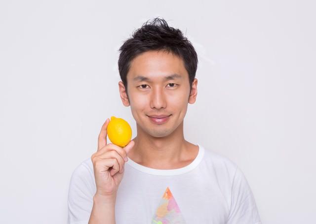 雑誌の表紙でレモンを持つ男性の写真