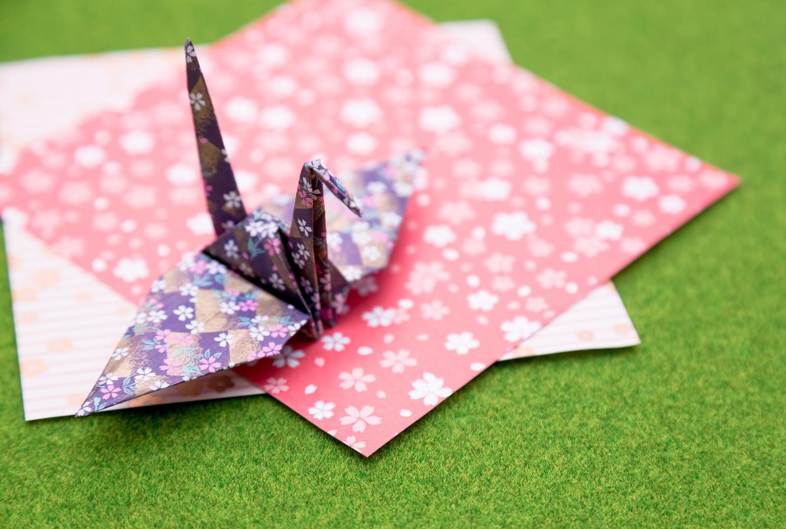 「折り紙と鶴折り紙と鶴」のフリー写真素材を拡大