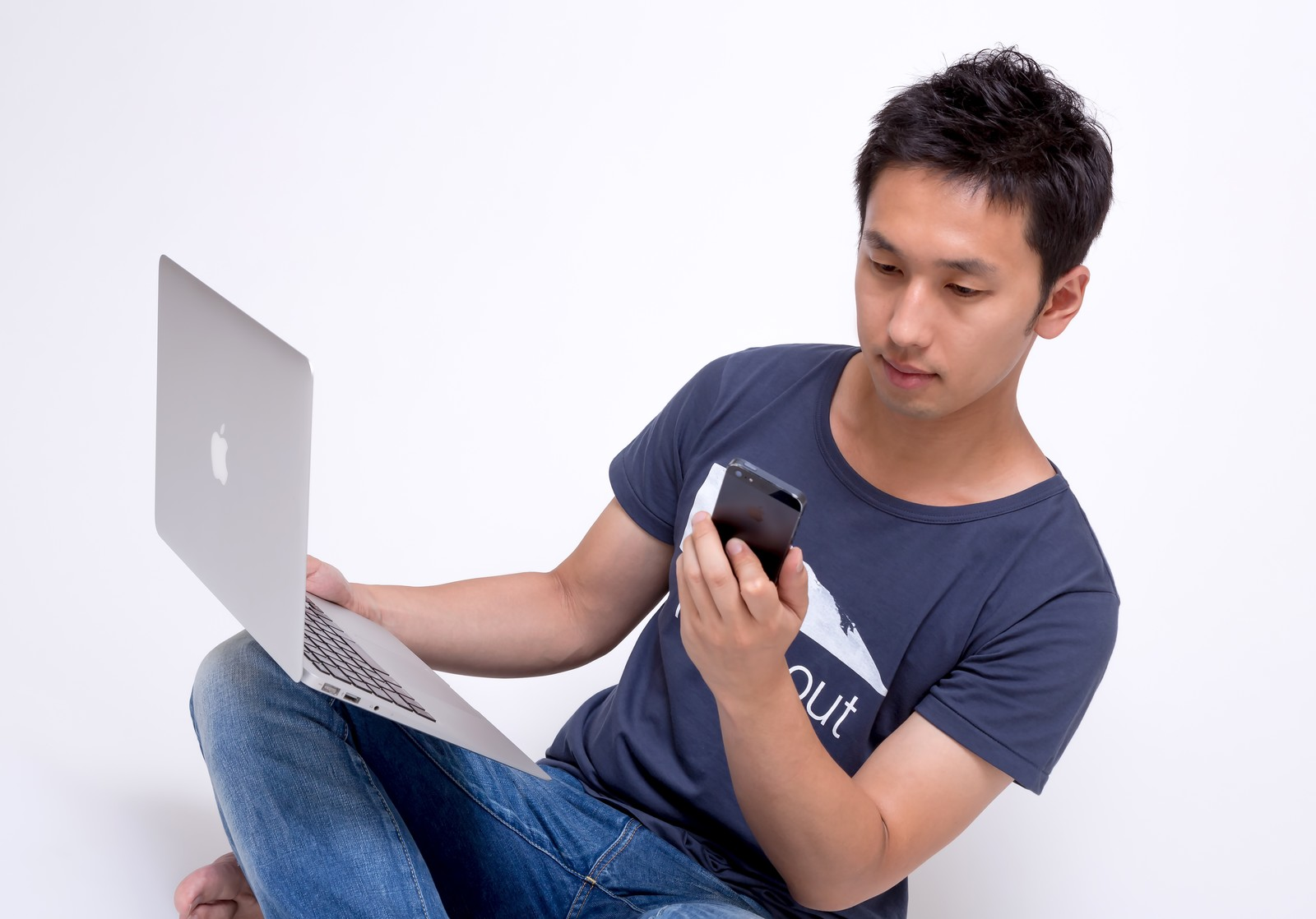 「PCとスマホを使いこなす若者」の写真[モデル:大川竜弥]